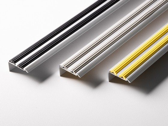 Treppenkantenprofil mit Doppel-Gummieinlage | Power Grip | Selbstklebend