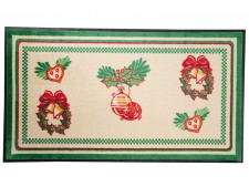 Designmatte mit weihnachtlichen Dekogegenständen wie Weihnachtskugeln, Kränzen, Lebkuchenherzen und Schleifen.